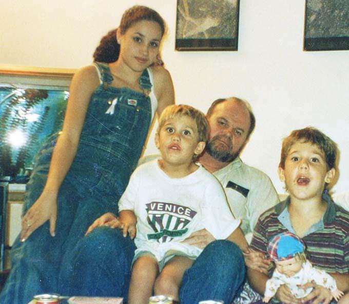 Meghan thời thiếu niên bên cạnh bố và hai cháu Tyler (ở giữa) và Thomas Dooley (bên phải). Ảnh: Mail.