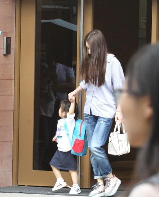 Em bé trở về sau một ngày đi học. Vợ chồng Quách Phú Thành hiện có hai con gái, bé thứ hai mới được vài tháng tuổi. Dù Moka kém chồng nhiều tuổi, cặp đôi được đánh giá là khá hòa hợp, cuộc sống hôn nhân rất hạnh phúc.