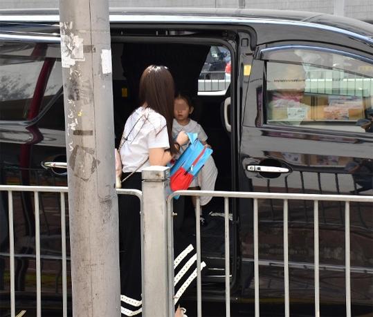 Sáng 2/10, paparazzi Hong Kong ghi lại cảnh Moka - bà xã Quách Phú Thành đưa con gái đi học. Em bé Chantelle hiện theo học tại một trường mầm non quốc tế, chi phí khá đắt đỏ. Ngày ngày, mẹ bé chịu trách nhiệm đưa đón con đến trường và về nhà.