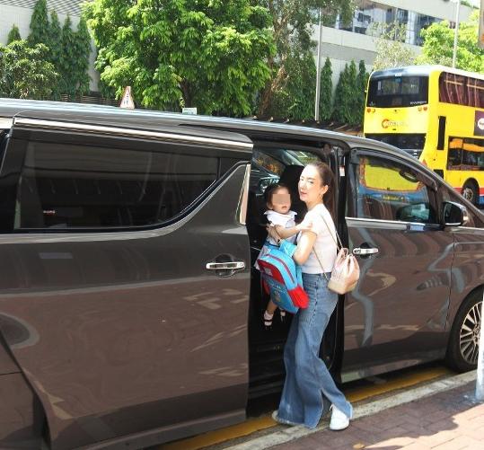 Ngày hôm sau, vợ Quách Phú Thành xuất hiện vào buổi chiều, khi đón con gái.