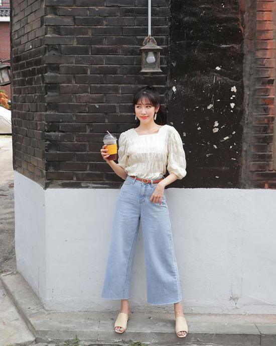 Quần jeans ống rộng hoặc baggy giúp che khuyết điểm đôi chân khẳng khiu.