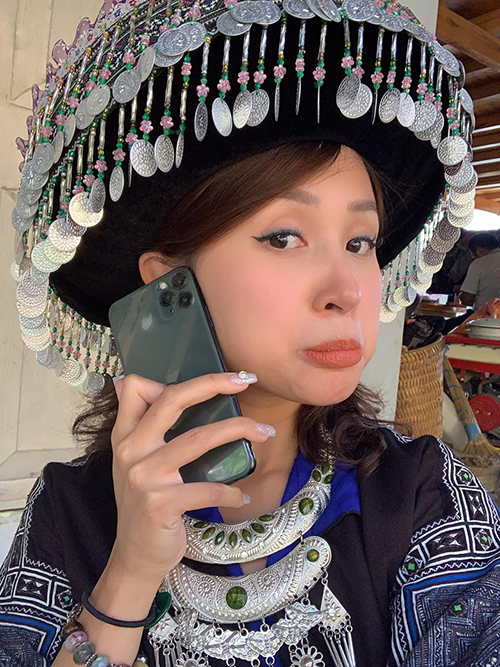 Vân Hugo khoe iPhone 11 mới mua: Để Mị nói cho mà nghe này. Mị nhặt được cái cục gì nhiều lỗ lắm các ông ạ.
