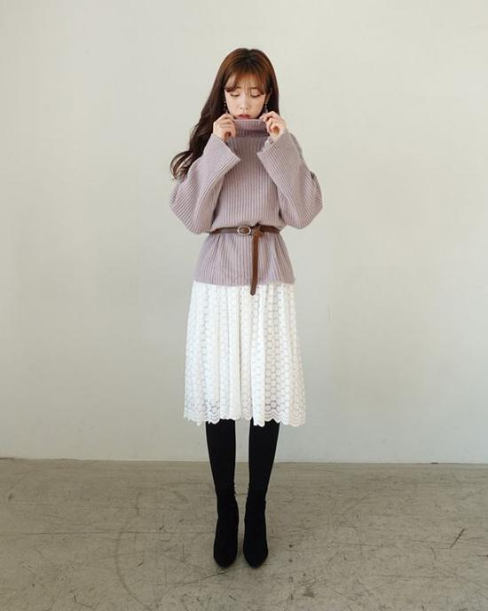 Set đồ gồm áo len dáng rộng và chân váy xoè bỗng trở nên bắt mắt hơn nhờ cách phối dây lưng da bản nhỏ.