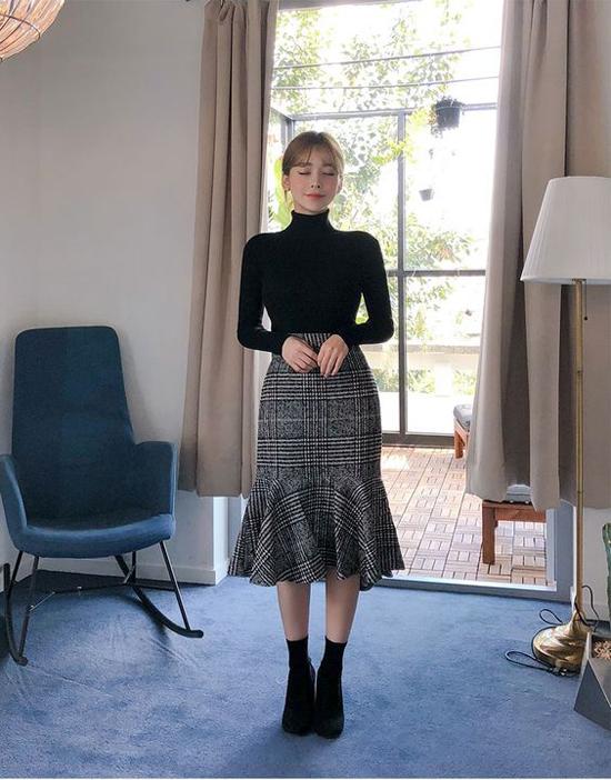 Chân váy thu đông 2019 khá đa dạng, bên cạnh việc sử dụng các kiểu đầm xoè, váy không kén dáng, phái đẹp có hình thể ưa nhìn có thể chọn các mẫu chân váy tôn đường cong.
