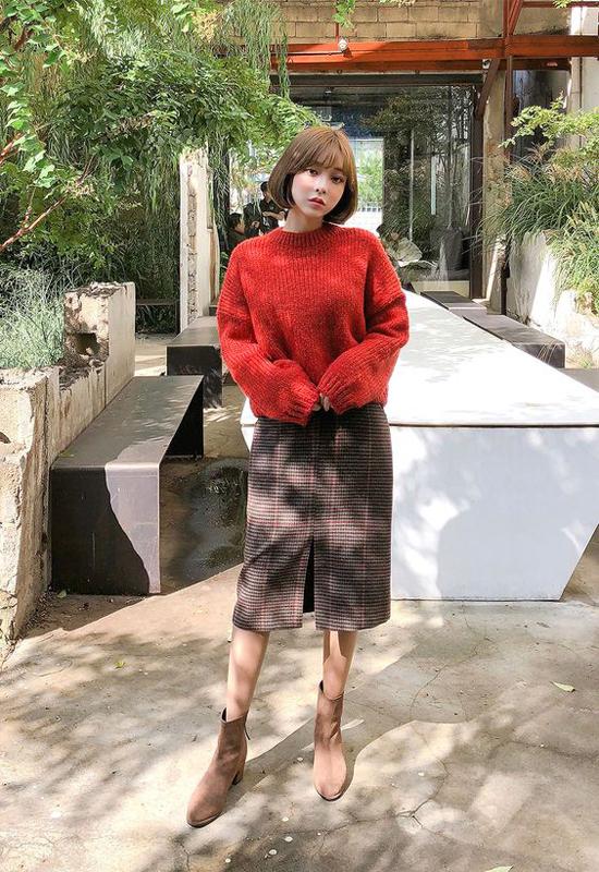 Chân váy  vải tweed, áo len đỏ đậm cho nàng yêu phong cách thanh lịch nhưng vẫn muốn nổi bật khi xuống phố cuối tuần.