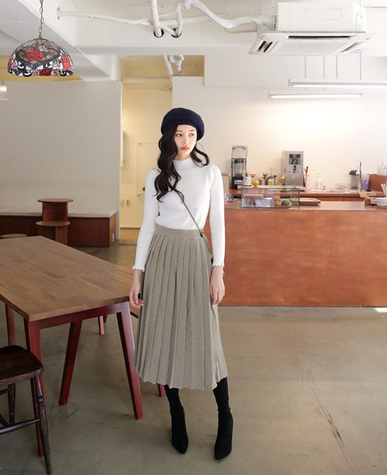 Phép cộng giữa chân váy midi, áo dệt kim và bốt cao cổ luôn chođến kết quả đáng mong đợi về set đồ mùa thu.