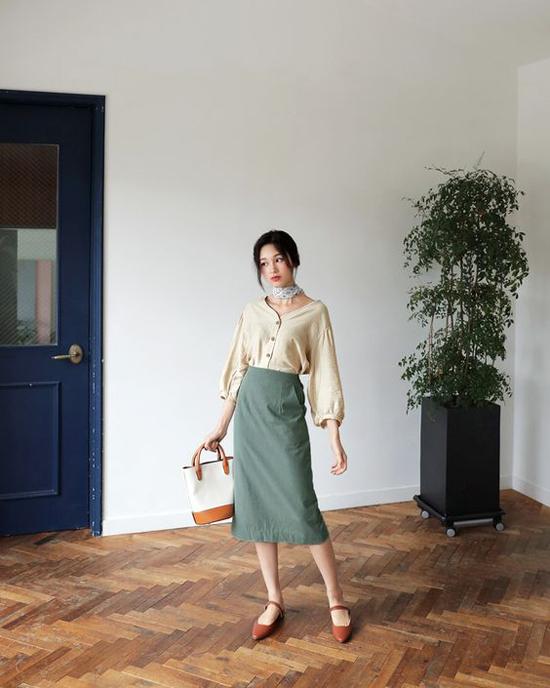 Chân váy ka ki dáng suông phối cùng áo tay bồng, giày da kiểu ballet cho nàng yêu phong cách cổ điển.