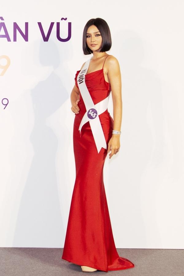 Lê Thu Trang khoe ba vòng gợi cảm với một thiết kế ôm sát.