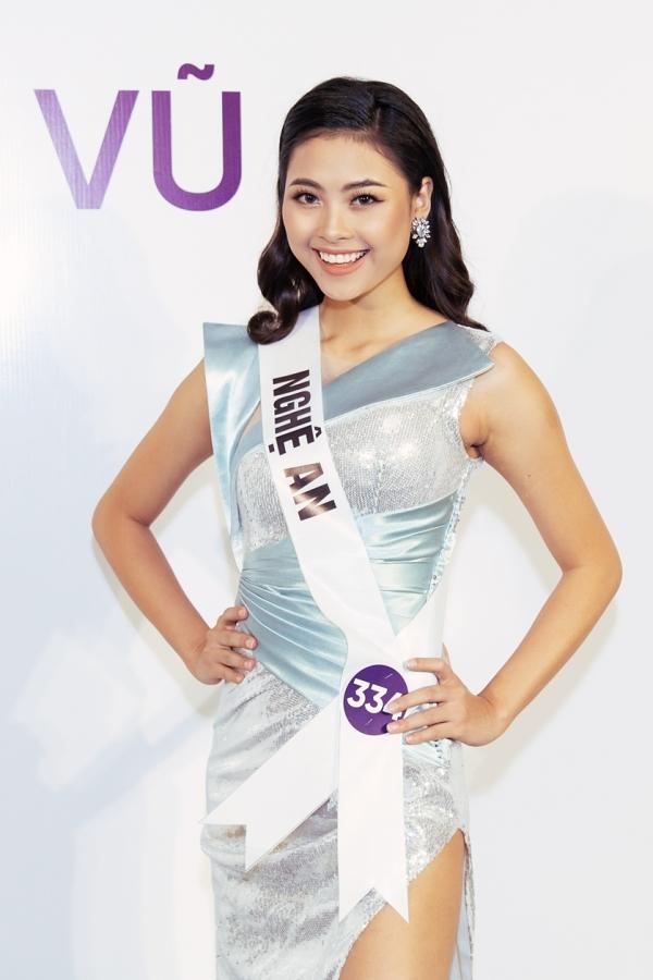 Đào Thị Hà duyên dáng hơn nhờ mái tóc dài, tông trang điểm nhẹ nhàng. Cô 22 tuổi, quê Nghệ An và từng lọt top 5 Hoa hậu Việt Nam 2016.