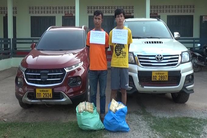 Hai người Lào cùng tang vật vụ án. Ảnh: Mạnh Hùng