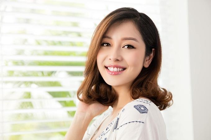 Jennifer Phạm khoe nụ cười tươi tắn.