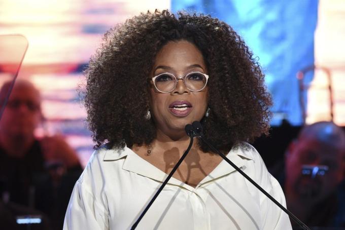10. Oprah Winfrey. Tài sản: 2,7 tỷ USDNữ hoàng truyền thông Winfrey là một trong những nữ tỷ phú tự thân nổi tiếng nhất nước Mỹ. Bà có tuổi thơ nghèo khó và từng bị lạm dụng tình dục ở tuổi thiếu niên. Tuy nhiên bà đã nỗ lực vượt lên trên hoàn cảnh và xây dựng đế chế truyền thông của riêng mình trị giá hàng tỷ USD. Chương trình truyền hình trò chuyện cùng Oprah Winfrey đã gây tiếng vang lớn trong 25 mùa liên tiếp. Hiện bà đang dẫn dắtkênh truyền hình OWN do bàđồng sở hữu với công tyDiscovery. Ảnh: Forbes.