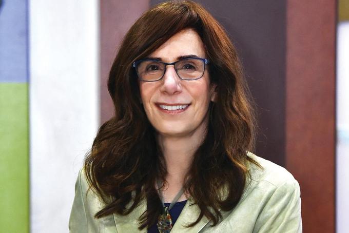 6. Judy Faulkner. Tài sản: 3,8 tỷ USDBà Faulkner là nữ tỷ tự thân giàu nhất trong giới công nghệ. Bà là Giám đốc điều hành của Epic Systems, công ty phần mềm hồ sơ y tế do cô thành lập năm 1979. Công ty có doanh thu 2,9 tỷ USD vào năm ngoái với hơn 250 triệu Hồ sơ sức khỏe của bệnh nhân được lưu trữ bằng phần mềm Epic. Bà Faulkner cũng nổi tiếng với các hoạt động từ thiện, bà từng ký vào cam kếtGiving Pledge năm 2015, đồng ý cho đi 99% tài sản của mình, bao gồm cả cổ phần trong Epic.