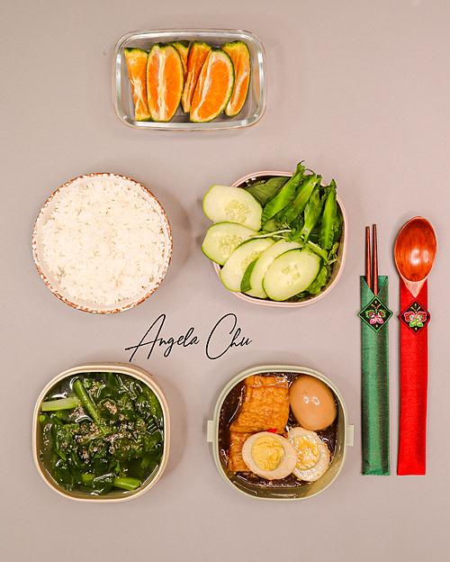Việc tự nấu cơm đem đi làmngoài là niềm đam mê, giúp Angela Minh Châu xả stress thì nó còn giúp cô yên tâm hơn về chất lượng bữa ăn. Minh Châu quan niệm có sức khỏe là có tất cả nên luôn dành một khoản chi phí lớn cho việc ăn uống của gia đình, chọn mua những thực phẩm ngon - bổ - an toàn.