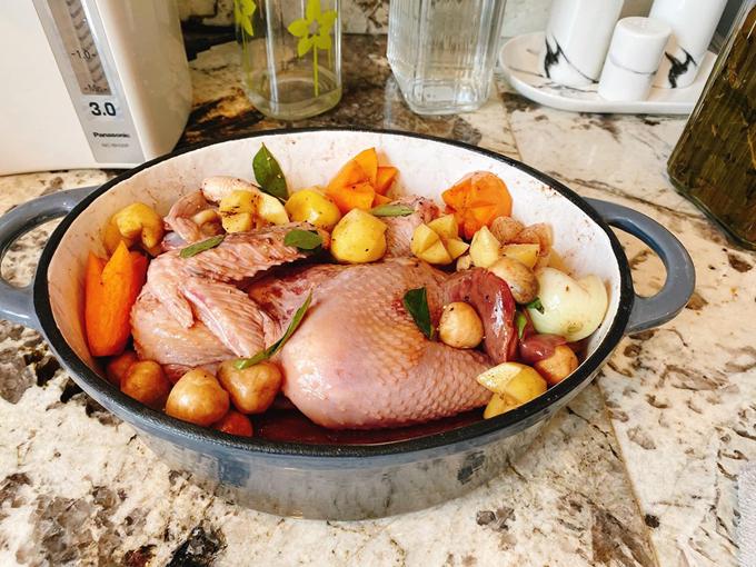 Món gà hầm rượu vang có vị ngọt bùi của rau củ và thịt, thơm nồng của rượu vang và lá cà ri, ăn kèm với bánh mì nóng giòn, đúng vị chuẩn Pháp.