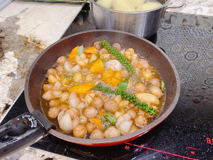 Đầu tiên, cô ướp gà và cà rốt, khoai tây, hành tây, nấm rơm với gia vị, ngũ vị hương, hạt tiêu tươi với một chai rượu vang từ 5-6 giờ cho ngấm. Tốt nhất là nên buổi trưa xong để tủ lạnh đến chiều khoảng 18h mang ra hầm.