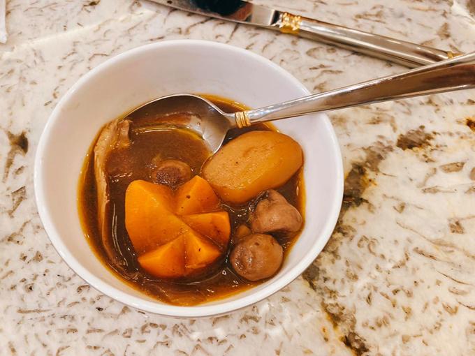 Sau đó, bạn vớt ra, chiên gà rồi chiên rau củ quả cho vàng, cho bột mì pha nước và sốt cà chua và rau củ, đổ nước ướp rượu vang ban đầu vào, nêm chút đường, đun sôi cho sánh và đổ hỗ hợp đó vào gà. Hầm gà và hỗn hợp rau củ trong một tiếng với nhiệt độ nhỏ liu riu là hoàn thành.