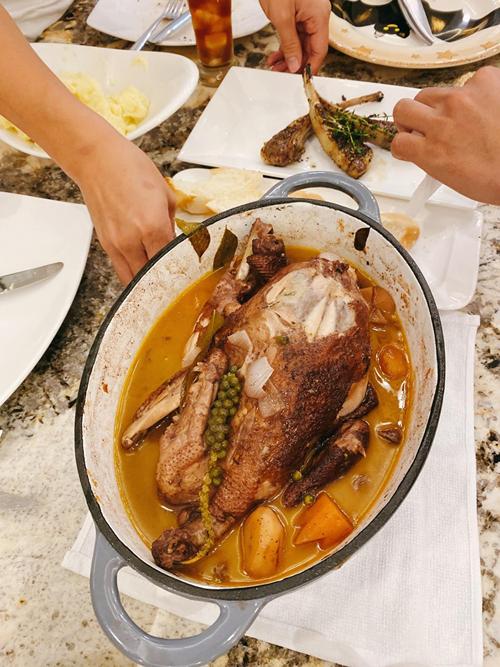 Để nấu món ăn này, Thủy Anh chuẩn bị nguyên liệu gồm: 1 con gà, 1 chai rượu vang Đà Lạt, cà rốt, khoai tây bi, hành tây bi, nấm rơm, bột mì, sốt cà chua, hạt tiêu tươi, ngũ vị hương, gia vị, đường, dầu ăn và đặc biệt là lá cà ri tươi.
