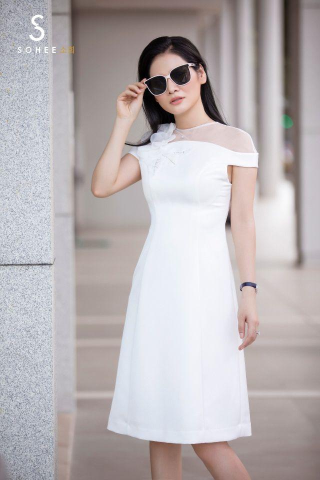 Với dòng sản phẩm cao cấp, khách hàng của Sohee không mất quá nhiều thời gian để mix đồ. Với đôi giày cao gót cổ điển, chiếc kính mắt hay túi xách sang trọng đủ hoàn thiện vẻ ngoài, tạo p.