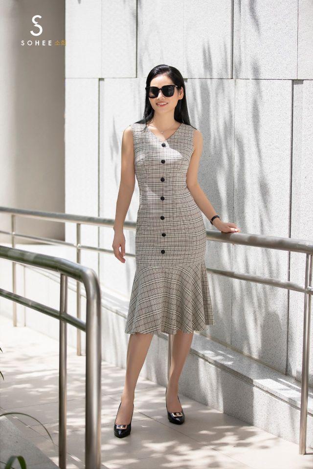Bên cạnh các mẫu đầm có sắc trắng tinh khiết, các thiết kế hoạ tiết kẻ nhẹ nhàng hay gam xám cũng phù hợp với sở thích màu sắc của phần đông giới nữ văn phòng. Đây là những tông màu cơ bản, không lỗi mốt trong lịch sử thời trang thế giới.