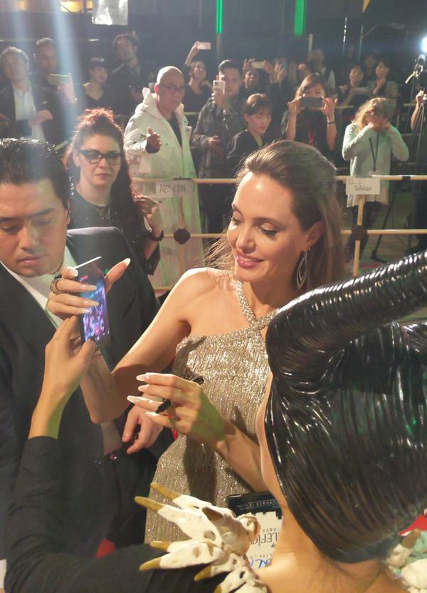 Angelina nhiệt tính ký tặng và chụp hình với người hâm mộ xứ sở mặt trời mọc.