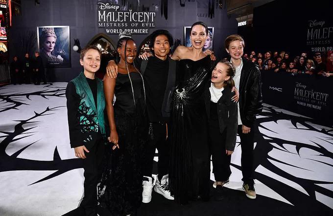 Nữ diễn viên và các con tại buổi ra mắt phim.