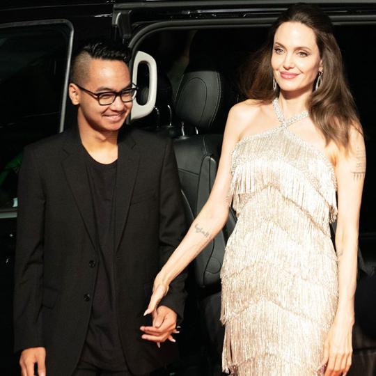 Angelina Jolie nắm tay con trai tới buổi chiếu phim Maleficent: Mistress Of Evil tại Tokyo tối thứ 5. Maddox mặc bộ vest bảnh bao, mái tóc hớt gọn sành điệu. Diện mạo của cậu cả 18 tuổi khi tới thảm đỏ khác hẳn khi nhập học tại Đại học Yonsei ở Hàn Quốc vào tháng trước.