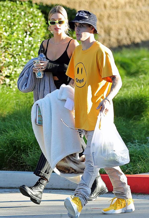 Justin Bieber xách túi đồ ăn ra công viên ở Beverly Hills cùng vợ vào trưa 3/10.