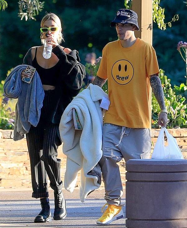 Bieber ăn vận thoải mái với trang phục Drew - thương hiệu thời trang bình dân của anh.