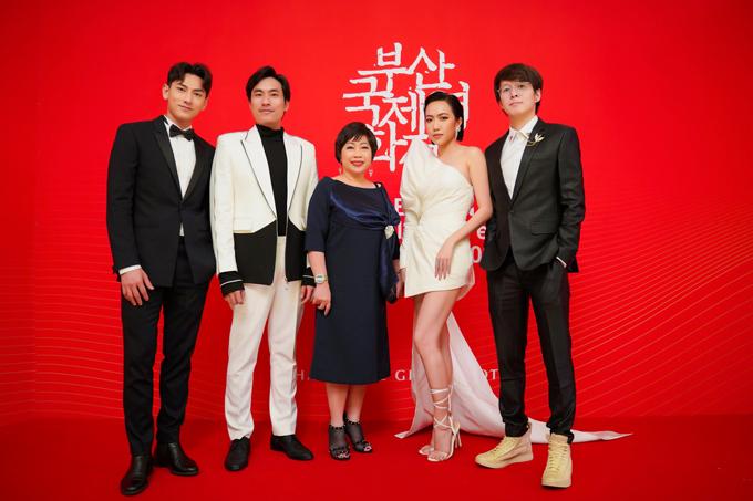 Đạo diễn Vũ Ngọc Phượng (ngoài cùng bên phải) cùng dàn diễn viên Anh trai yêu quái trên thảm đỏ. Bộ phim tham dự chương trình Cửa Sổ Điện Ảnh Châu Á trong khuôn khổ LHP Busan, ra mắt khán giả quốc tế trước khi trình chiếu trong nước vào tháng 11. Hiện tại, phim đã bán được 95% lượng vé trong ba buổi chiếu tại Hàn Quốc.