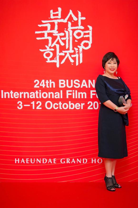 Rũ bỏ vẻ ngoài dân dã quen thuộc, nghệ sĩ hài Phi Phụng mặc sang trọng dự LHP Busan. Chị đóng vai người hàng xóm nhiều chuyện của Kiều Minh Tuấn trong phim.