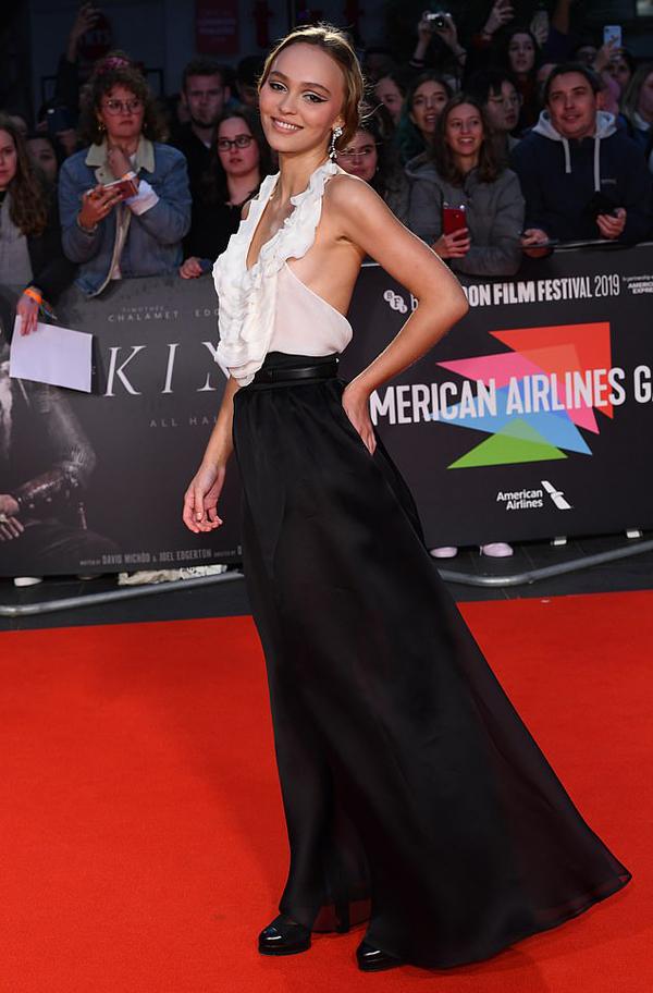 Lily khoe dáng quyến rũ trong bộ váy Chanel.