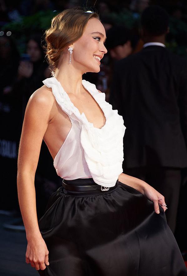 Cô là con gái đầu của tài tử Johnny Depp và mỹ nhân người Pháp, Vanessa Paradis.