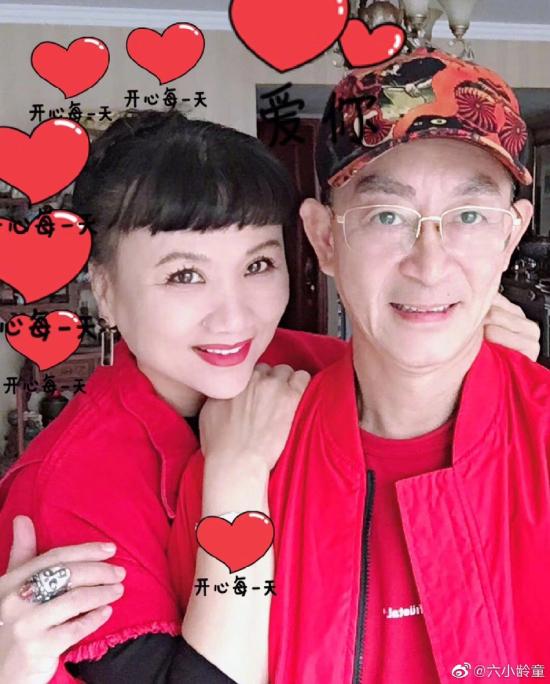 Lục Tiểu Linh Đồng bên bà xã.