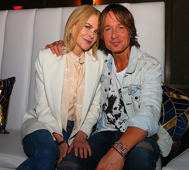 Trước đó, vợ chồng Nicole tình tứ ngồi bên nhau tại khách sạn Seminole Hard Rock.