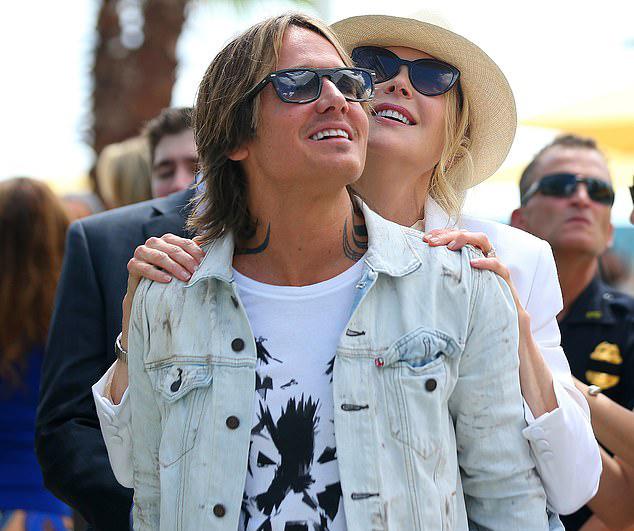 Vợ chồng Nicole Kidman và Keith Urban được mời đến dự buổi khai trương của khách sạn và sòng bài Seminole Hard Rock sau dự án mở rộng có kinh phí 720 triệu USD. Cặp sao 52 tuổi phối đồ trẻ trung khi tham dự sự kiện này.