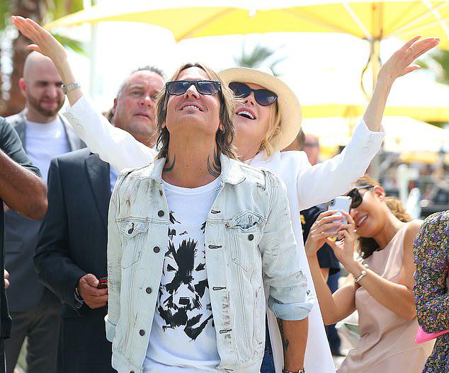 Nicole - Keith cùng nhiều khách mời được xem màn biểu diễn đi trên dây của nghệ sĩ xiếc Nik Wallenda và mẹ anh.