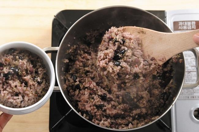 Người Hàn thường trộn thêm các loại ngũ cốc vào cơm trắng.
