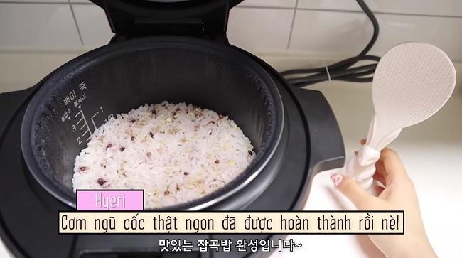 Món cơm ngũ cốc được nấu bằng nồi cơm điện của Cheri Hyeri.