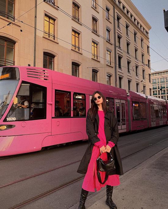 Kim Dung nổi bật trên phố với cách mix váy hồng đi cùng áo choàng đen. Đây cũng là cách lên đồ hợp mùa dành riêng cho các bạn gái phía Bắc.