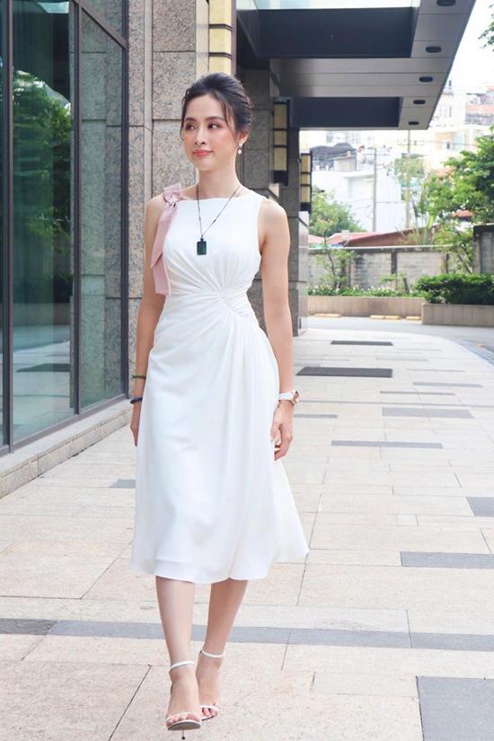 Xuống phố mùa thu, Angela Phương Trinh chọn thiết kế váy xoắn eo để tôn đường cong hình thể. Cùng với điểm nhấn ở vòng eo thon, trang phục trắng còn được tô điểm dải nơ trên chất liệu lụa hồng.