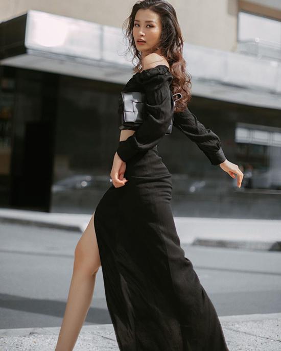 Đông Nhi với hình ảnh trẻ trung và sexy với cách mix áo trễ vai ton-sur-ton cùng chân váy xẻ. Mẫu clutch mới ra lò của bottega veneta được ca sĩ chọn làm điểm nhấn cho set đồ.