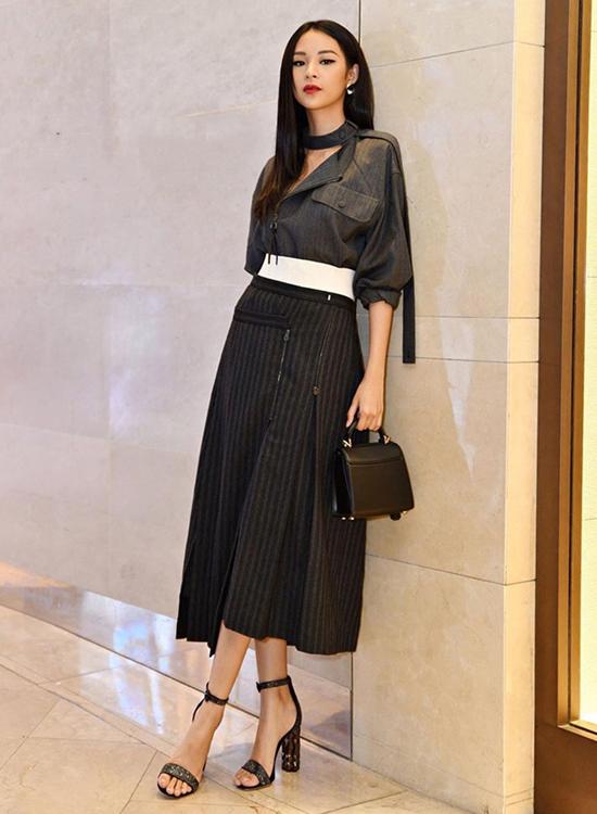 Phí Phương Anh cá tính với mẫu trang phục được xây dựng dựa trên sự sáng tạo giữa áo sơ mi và chân váy midi dáng xòe.
