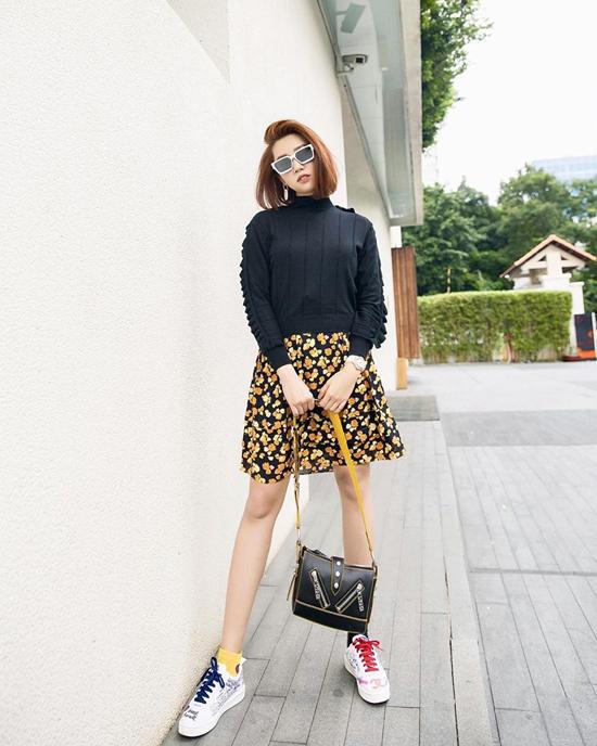Muốn thể hiện vẻ đẹp năng động và trẻ trung khi xuống phố cuối tuần, các nàng có thể tham khảo cách mix chân váy ngắn của Thúy Ngân.