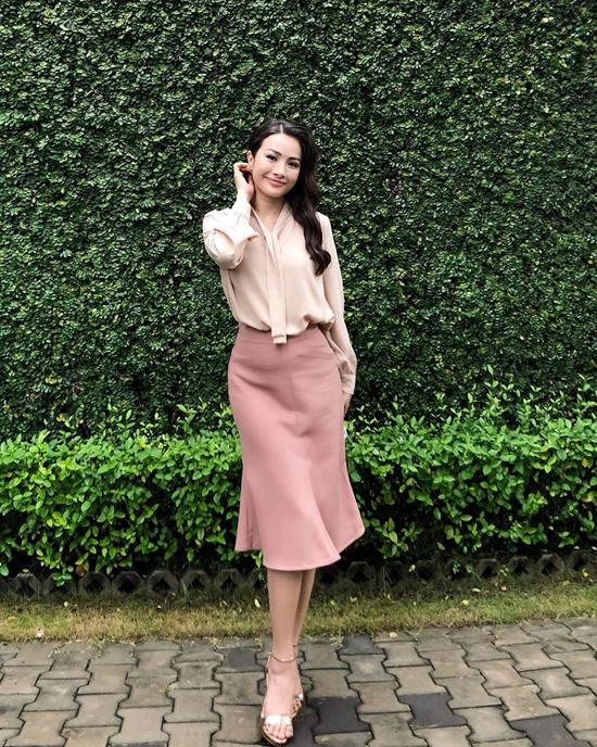 Set đồ màu thu của Trương Nhi là gợi ý thiết thực cho các bạn gái mê sắc hồng đậm chất nữ tính gồm áo lụa đi cùng chân váy.