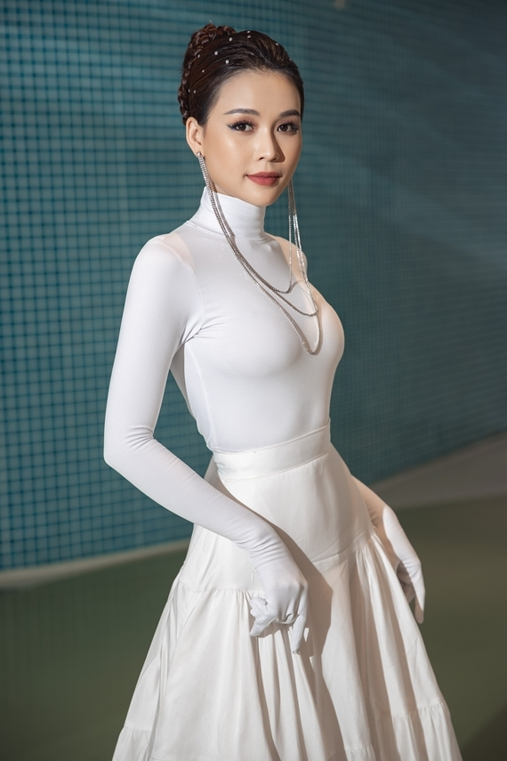 Phụ kiện ánh kim giúp ngoại hình nữ diễn viên thêm nổi bật.
