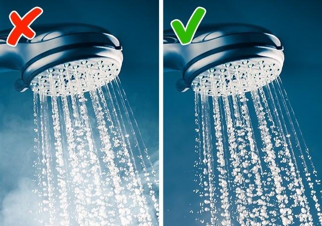 Tắm nước nóng Tắm vào buổi sáng đạt hiệu quả cao nhất nếu bạn không tắm nước nóng. Tắm nước nóng là cách thư giãn, giúp cơ thể dễ dàng chìm vào giấc ngủ, chỉ nên dành cho buổi tối. Để đánh thức cơ thể, bạn nên tắm bằng nước mát.