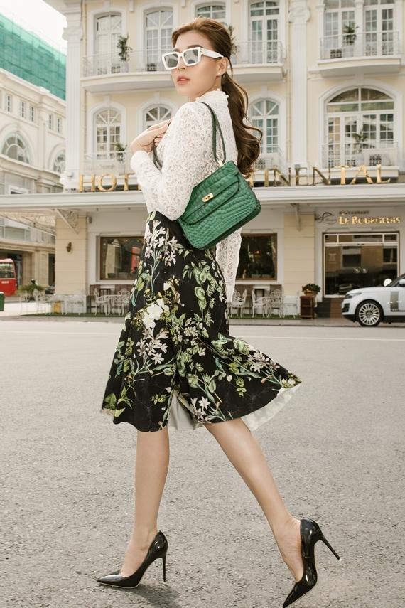 Nữ diễn viên hoàn thiện ngoại hình bằng cách bổ sung túi xách cùng tông và giày cao gót mũi nhọn.