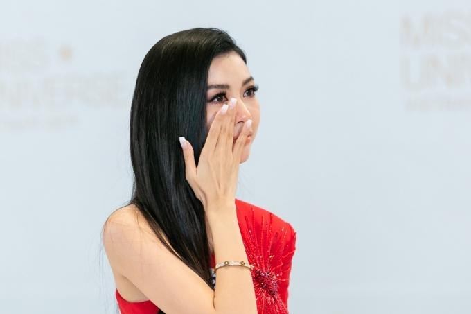 Thuý Vân không kiềm được sự xúc động ở vòng ứng xử.