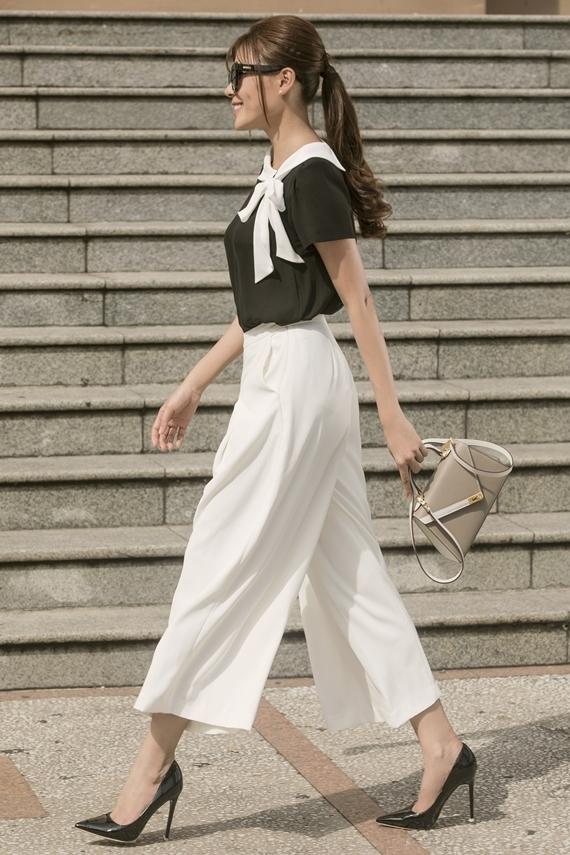 Áo sơ mi cách điệu phối quần ống rộng theo hai tông màu trắng đen là set đồ dễ ứng dụng cho các bạn gái yêu thích phong cách thanh lịch. Chi tiết thắt nơ nhấn nhá cho vẻ ngoài thêm duyên dáng.